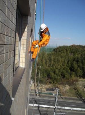 ロープで屋上からアクセス